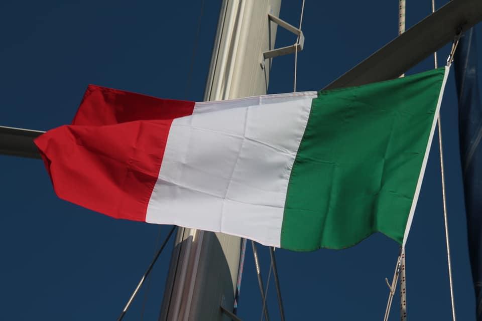 Eine italienische Fahne im Mast der Yavas Yavas